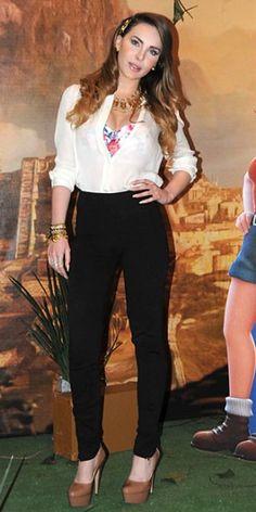 BELINDA    Todas las miradas se enfocaron en la cantante mexicana durante una conferencia de prensa en la Ciudad de México, en el marco de su participación en el filme animado Tadeo, el explorador perdido. Una camisa blanca, pantalones negros y pumps color piel la hicieron lucir fresca y juvenil.