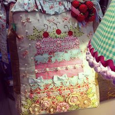 Bolsa única e exclusiva Chria Handmade Art!  Bolo provençal em bordados especiais. Peça única!  www.chria.com.br