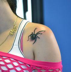 Motif tatouage araignée femme