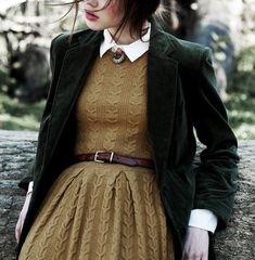 Cable knit dress in a mustard brown with white collar, brown belt, and dark gree. - Cable knit dress in a mustard brown with white collar, brown belt, and dark green blazer Source by juliobscure - Look Retro, Look Vintage, Pretty Outfits, Fall Outfits, Cute Outfits, Blazer Outfits, Casual Blazer, Country Outfits, Classy Outfits
