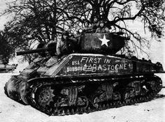 Mardi 26 Décembre 1944 : La 4ème division blindée américaine vient en aide à leurs camarades notamment de la 101ème Airborne à Bastogne.   Tuesday December 26th, 1944 : The 4th American armored division helps their comrades of the 101st Airborne Division in Bastogne.