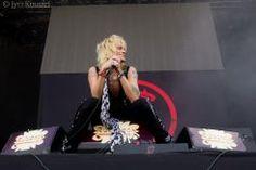 """Entisen Hanoi Rocks-yhtyeen keulahahmo Michael Monroe on aikeissa julkaista kokoelmalevyn, jossa on hänen suosituimpia kappaleita soolouransa varrelta. Levy julkaistaneen ennen kesää ja se kantaa nimeä """"Michael Monroe - The Best"""". Tuleva levy julkaistaan samana vuonna, kuin hänen debyyttialbuminsa """"Nights Are So Long"""" julkaisusta tulee kuluneeksi 30-vuotta. Kokoelmalevy pitää sisällään viisi bonusraitaa, joista levynsingle """"One Foot Out Of The Grave"""" julkaist..."""