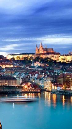 Praga, República Tcheca. Palavras não poderiam começar a descrever e fotos não mostram a beleza desta histórica cidade como quando a vemos iluminada à noite.