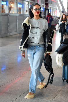 Rihanna arriving at JFK airport in NY Rihanna Outfits, Rihanna Photos, Girly Outfits, Cool Outfits, Fashion Outfits, Rihanna Fashion, Style Fashion, Rihanna Looks, Rihanna Riri
