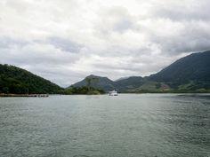 Vista da Ilha do gato, um catamarã e ao fundo Itacuruçá.