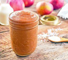 Un mélange de compote de pommes avec du caramel salé fait maison! Pommes, cannelle, caramel salé, beurre, crème, fleur de sel. Un Beurre de Pommes au ca ...