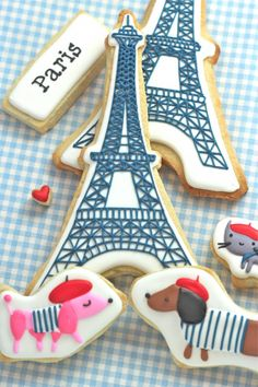 a French fete for e possibly? Add your theme to cookies for that extra personalized touch! Paris Cookies & Video Tutorial on How to Dry Cookies Decorated with Royal Icing Cookies Cupcake, Galletas Cookies, Iced Cookies, Cute Cookies, Cookies Et Biscuits, Sugar Cookies, Cupcake Cakes, Cookie Favors, Baking Cookies