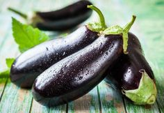 9 Amazing Health Benefits Of Eggplant! Eggplant is one of the healthy foods that have a low calorific value, are rich in fiber and antioxidants, and conduciv. Eggplant Benefits, Getting Rid Of Freckles, Caviar D'aubergine, Food Pyramid, Growing Vegetables, Organic Vegetables, Fitness Nutrition, Fresh Fruit, Conservation