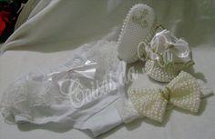 Kit de sapatinho customizado com pérolas e fita de cetim, faixa de cabelo com meia de seda ou renda e calcinha customizada...