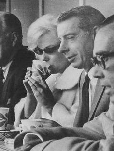 """1961 / Marilyn et Joe assistent au match d'ouverture de la saison de base-ball, entre les """"New York Yankees"""" et  les """"Minnesota Twins"""", au """"Yankee Stadium"""" de New York."""