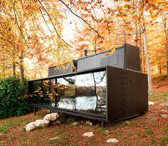 Det danska företaget Vipp har gjort ett litet hus på 55kvm i stål och det är så snyggt! Både insidan och utsidan av huset är svart…Read moreVipp Shelter