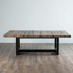 La novedosa mesa de centro MR fusiona la calidez de la madera natural con la fuerte estructura metálica que le proporciona un estilo totalmente acogedor y atractivo. Busca y completa la colección con la mesa lateral y la mesa de comedor, con ellas harás de tu sala un lugar único.