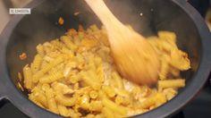 Estamos en plena época de setas, frutos secos y cursiladas otoñales. Rendimos homenaje a las tres cosas en una pasta cocinada de una forma poco convencional como un risotto.