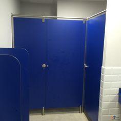 Ya tenemos la separación sanitaria o cabina fenólica de IT-SISTEMAS completamente terminada y funcionando. Completa el conjunto los dos separadores de urinario en el baño de Hombres.