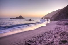 *****Pfeiffer Beach, Estados Unidos A praia de areia roxa fica no litoral de Big Sur, região localizada no centro do estado da Califórnia. A faixa costeira é formada por minerais de quartzo e granada de manganês presentes nas rochas da área.