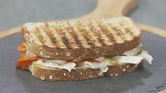 Vídeo receta express de sándwich de verduras asadas con queso de cabra y mayonesa de ajo negro. Ander González y Gabriela Uriarte han preparado un sándwich. Sandwiches, Pastel, Food, Beautiful, Wings, Garlic Spread, Black Garlic, Roasted Vegetables, Dressings