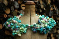 Petit châle tricoté main en laine filée par LAtelierduChatNoir, €60,00