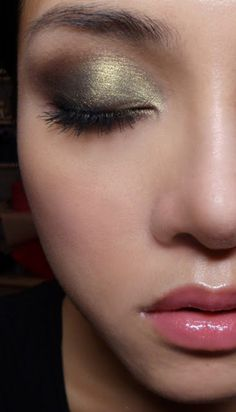 holiday makeup... I think I could actually do this and not hate it.
