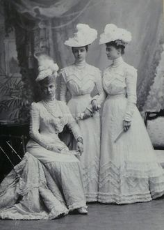 Princess Thyra, Duchess of Cumberland ( sitting) with daughters, Olga ( middle) … - Edwardian Fashion Belle Epoque, Vintage Gowns, Mode Vintage, Vintage Outfits, Vintage Style, 1900s Fashion, Edwardian Fashion, Edwardian Dress, Edwardian Era