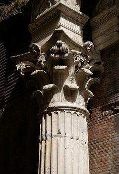 Via della Palombella, Neptuns-Basilika, Säulenkapitell (Neptune Basilica, column…