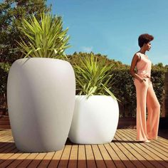 VONDOM is a leader company of avant-garde outdoor furniture, pots, planters, lamps and rugs for modern indoor & outdoor comercial spaces. Large Outdoor Planters, Outdoor Pots, Patio Planters, Modern Planters, Decorative Planters, Large Plant Pots, Large Plants, Potted Plants, Ceramic Art