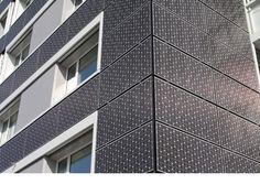 Fotovolktaika Statt konventioneller Fassadenplatten zieren nun Kristalle die Fassaden und erzeugen Strom. (Foto: Viridén + Partner AG, Zürich)