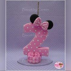 "168 Me gusta, 2 comentarios - Carmen Lúcia Jesus (@biscuitbycarmen) en Instagram: ""Vela Minnie #biscuit #biscuitbycarmen #porcelanafria #porcelaincold #coldporcelain #pastaflexible…"" Minnie Cake, Pink Minnie, Minnie Mouse Party, Mouse Parties, Fondant Numbers, Fondant Letters, Number Cake Toppers, Fondant Toppers, Minnie Birthday"