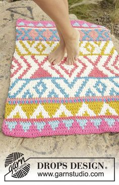 Crochet DROPS carpet with colour pattern in 4 strands Paris. Free pattern by DROPS Design.