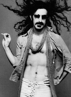 Frank Zappa- On s'est quitté dans le calme, sans se donner aucun autre rendez-vous. Il m'a offert en cadeau un album de Zappa. De ma chambre – qui, comme tu sais, se situe en face de la mer -, j'écoute inlassablement Watermelon in Easter Hay tandis que je regarde les vagues assouplir les plis de l'eau. Quelquefois, je rêve si fort que j'ai l'impression de me désincarner. entrelebleuetlevert.com