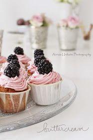Weiße Schokoladen-Vanille-Cupcakes mit Brombeer-Buttercreme-Haube