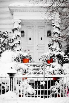 winter entrance:oor White Red Colonial Christmas Holidays Rustic New England Snow, Winter Szenen, Winter Love, Winter Magic, Winter White, Winter Christmas, Christmas Photos, Christmas Morning, Snow White, Winter Porch