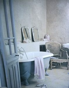 ... such a lush and simple bathroom ...