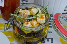 Rezept für eingelegten Schafskäse mit Oliven und Kräutern als Beilage zum Grillen