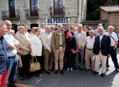 Feijóo posa con varios vecinos de Os Peares durante la visita que realizó a su pueblo