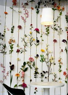 How beautiful is this wall of flowers?!