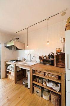 regardsetmaisons: Du bois dans la cuisine et un évier blanc...