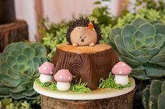 O primeiro ano da Catarina foi comemorado com uma festinha linda decorada com o tema Bosque Encantado. Peças da Pop Mobile deram charme ao decor Fairy Birthday Party, Birthday Cake Girls, Baby Birthday, Woodland Cake, Woodland Party, Forest Party, Baby Shower, Shower Cakes, Tinkerbell