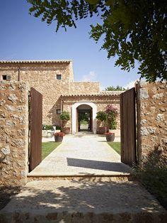 This is an amazing entrance to any property - Luxury Finca Santa Maria Mallorca… Casa Patio, Backyard Patio, Cottage Farmhouse, Rustic Farmhouse, Courtyard Entry, Stair Railing Design, Home Porch, Entry Gates, Cabana