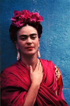 Yo, Del Rey! Frida wants her headpiece back.
