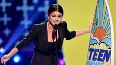 Selena Gomez Tears Up, Wants You To Love Your Mom At Teen Choice Awards