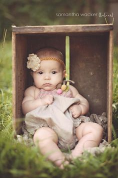 6 month baby picture ideas photo by Samantha Wacker. Use the same box from newborn pics to show how much they have grown! great idea and such a cute baby 6 Month Pictures, 6 Month Baby Picture Ideas, Photo Bb, Jolie Photo, Toddler Photography, Newborn Photography, Photography Ideas, Outdoor Baby Photography, Cute Photos