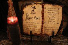 Halloween sort le livre  Love Spell  Decor par HauntedMoonEmporium