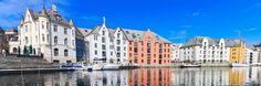 Alesund (Noruega) - Alesund es un centro en continuo movimiento: barcas que llegan y parten, pesqueros cuya actividad se realiza las 24 horas del día, 365 días al año. También por este motivo, entre los canales de Alesund se respira un aire muy familiar, casi cosmopolita, pese a ser una ciudad muy antigua y de tradiciones realmente originales.