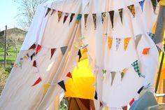 Pour la decoration d'inspiration indienne: Sur le support de la balancoire, quelque tissus, 3 ou 4 guirlandes fanions !