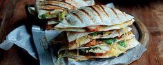 Kaasliefhebbers zijn helemaal verlekkerd op dit gerecht! Quesadilla is namelijk een samensmelting van queso (kaas) en tortilla, wat meteen de grote hoeveelheid geraspte kaas in het recept verklaart. Deze variant met gemarineerde kipfilet is extra lekker. Serveer de gegrilde kwartjes 'kaas en kip tortilla' met wat salsa, zure room, guacamole, verse tomatenblokjes en sla. Heerlijk!