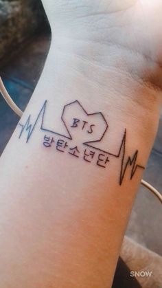 Imagen relacionada bts tattoos, korean tattoos и kpop tattoos. Cute Tiny Tattoos, Little Tattoos, Mini Tattoos, Body Art Tattoos, Small Tattoos, Kpop Tattoos, Army Tattoos, Korean Tattoos, Tatoos