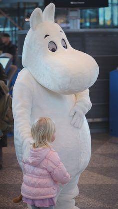 Lapset eivät ujostelleet heittäytymistä Muumin syliin. #Moomin #Muumikerho