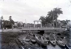 Drambrandersgracht met de brug en sluis. Datum: ca.1925 Locatie: Paramaribo, Suriname Vervaardiger: Augusta Curiel Inv. Nr.:  gn-27-601 Fotoarchief Stichting Surinaams Museum