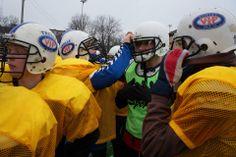 Idrettselevene på Vg1 blir invitert til en røff treningsøkt med Nikolai på Jordal. Her lærte de bla taklinger, kamprop og at det det ikke er uten grunn at man må ha massevis av utstyr på seg. Idrettselevene ble gode og svette under hjelmen selv i 0-grader og våt snø på banen. Football Helmets, Hats, Hat, Hipster Hat