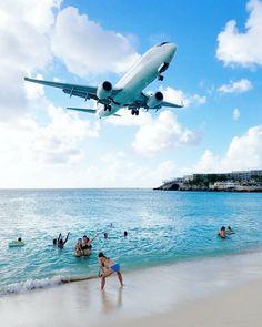 Maho Beach - St Maarten.  Muuten ihan normaali ranta mutta tasaisin väliajoin isot koneet laskeutuvat pään päältä. Viikon Karibian loman aikana olemme aika monta kertaa käyneet tällä rannalla hakusessa se täydellinen kuva Air Francesta.  (via Instagram)